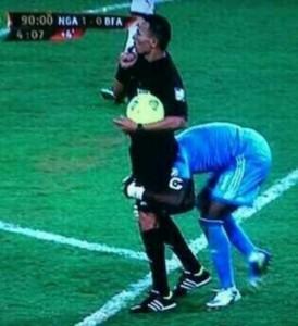 Vincent Enyeama tentant de soulever l'arbitre