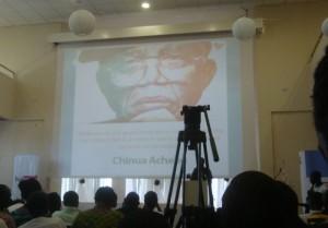 Observation d'une minute de silence en mémoire du regretté Chinua Achebe