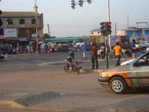 Une moto-taxi en en stationnement sur une autoroute à Accra