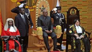 John Mahama assis au milieu, crédit ghanaweb