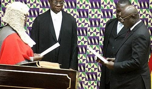 Doe Adjaho (ph) le Président intérimaire prêtant serment