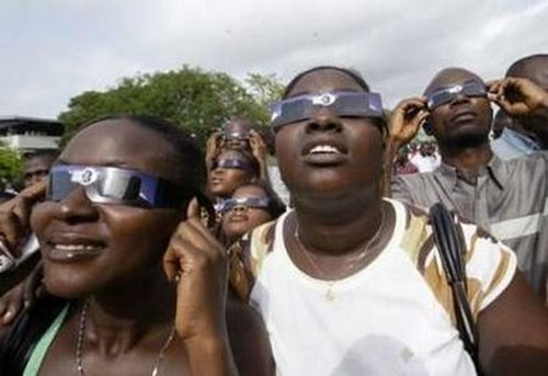 Observation de l'éclipse (ph cedi site ghanaweb)