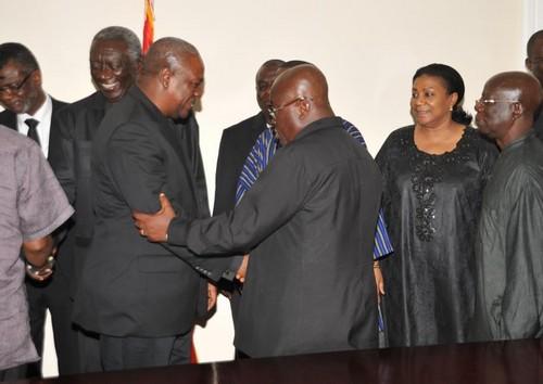 John Mahama et Akufo Addo (ph) se slauant lors des obsèques d'Atta Mills