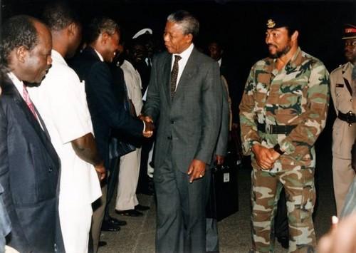 Mandela accueilli au Ghana par Rawlings (ph crédit Rawlings)