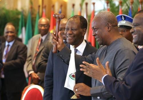 John Mahama, la main levée (ph crédit présidence ivoirienne)