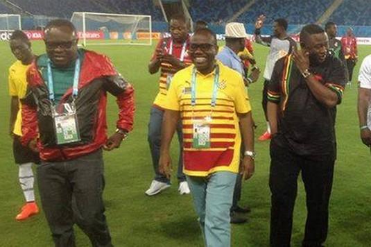 Kwesi Nyantakyi (ph), le Président de la GFA au milieu