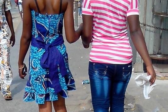 Des filles dans une rue à  Accra (ph Happy)