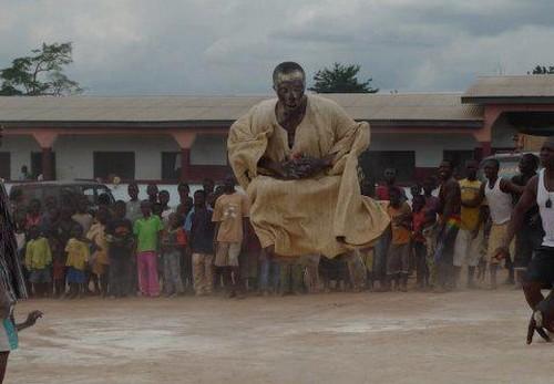 Une affiche (ph) souhaite la bienvenue à Kweku Bonsam